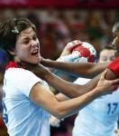 ce-moment-genant-ou-une-handballeuse-confond-le-ballon-avec-la-tete-de-son-adversaire_74126_w460.jpg
